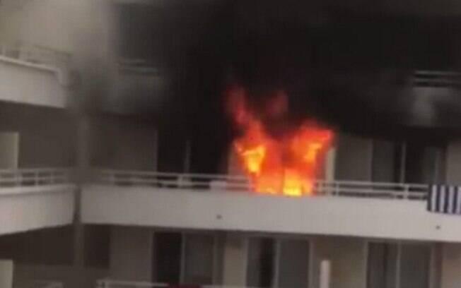 Os bombeiros resgataram sete turistas que ficaram presos nas varandas de seus quartos no hotel espanhol incendiado
