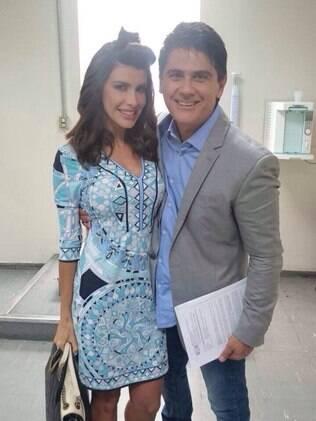 Carol Castelo Branco posa com César Filho nos bastidores da Record