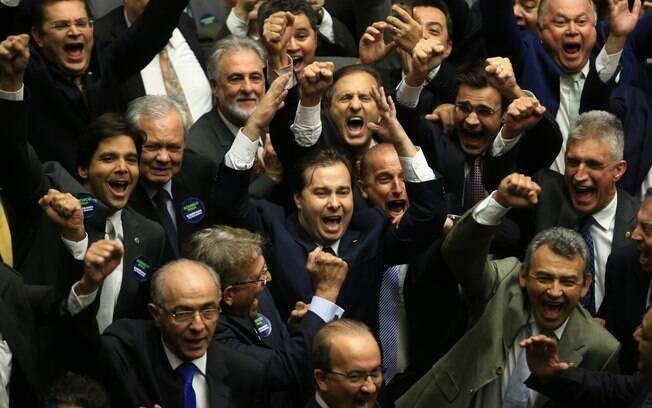 O deputado Rodrigo Maia, do DEM, comemora após vencer a eleição para presidente da Câmara dos Deputados