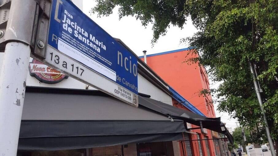 Placa da rua Amâncio de Carvalho na Vila Mariana, modificada por estudantes da USP