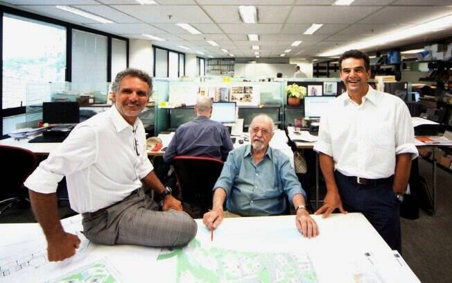 A direção do escritório é atualmente dividida entre a segunda geração dos Aflalo, Felipe (esq) e Roberto (dir), e Gian Gasperini, um dos fundadores
