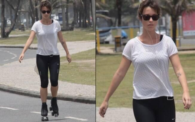Juliana Didone passeia de patins pela orla do Recreio