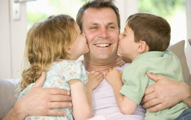 O toque entre pai e filho reforça a presença e é essencial para o desenvolvimento da criança