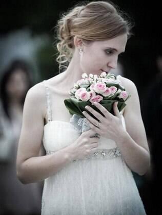 Faune, a noiva francesa: vestido, buquê e maquiagem simples e elegantes