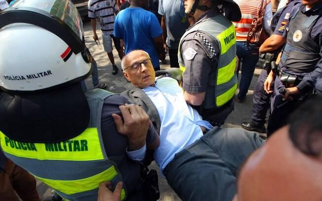 Eduardo Suplicy  foi detido na manhã desta segunda-feira (25) durante reintegração de posse na zona oeste de São Paulo