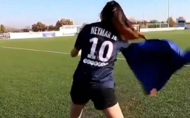 Garota imita Neymar