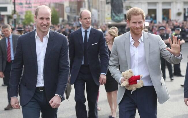 Às vésperas do Casamento Real, Príncipes Harry e William cumprimentam fãs no Reino Unido