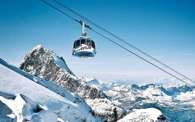 Em Monte Titlis, na Suiça, é possível fazer um passeio de teleférico