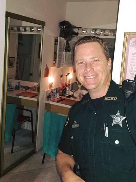 Guaxinim invade casa na Flórida e policial decide tirar uma selfie com ele antes de cumprir sua missão