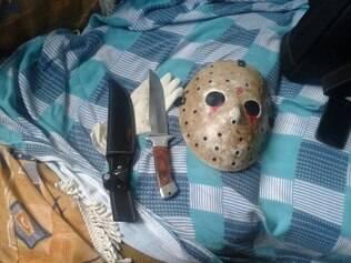 Facas e máscara usada por personagem de filme de terror foram apreendidas com o suspeito