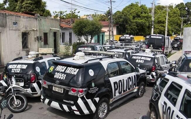 Carros da polícia durante motim no Ceará