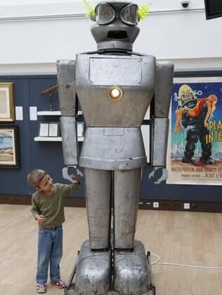 O garoto Elia Lemanski, de quatro anos, interage com Cygan em Londres
