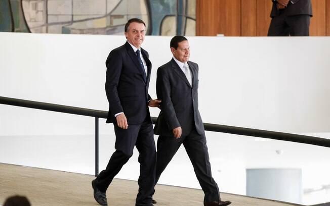 Bolsonaro e seu vice, o general Mourão: filho de Mourão ganhou promoção no Banco do Brasil