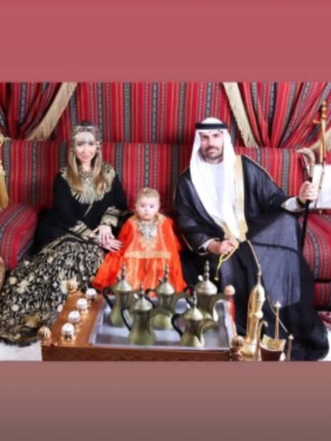 foto dos três com trajes árabes