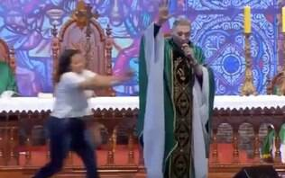 Mulher empurra padre Marcelo Rossi de palco durante missa; assista