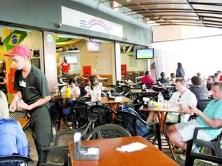 No bolso. Restaurantes aproveitam o maior número de turistas durante a Copa para elevar os preços