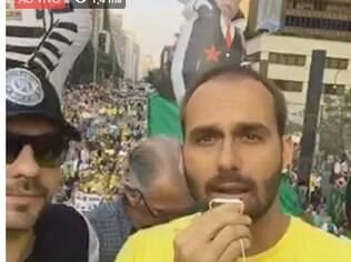 Deputado Eduardo Bolsonaro participa de protesto pró-impeachment em São Paulo
