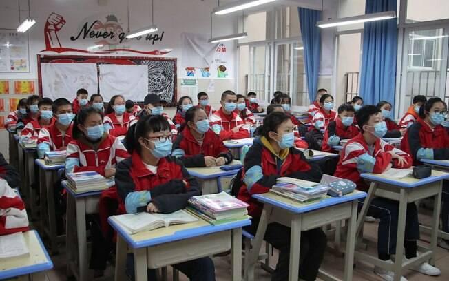 Alunos utilizam máscaras de proteção durante a aula