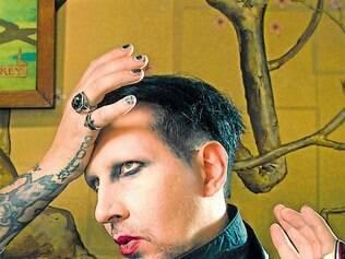 Empréstimo. Marlyn Manson na casa em que está vivendo, emprestada do amigo Johnny Depp