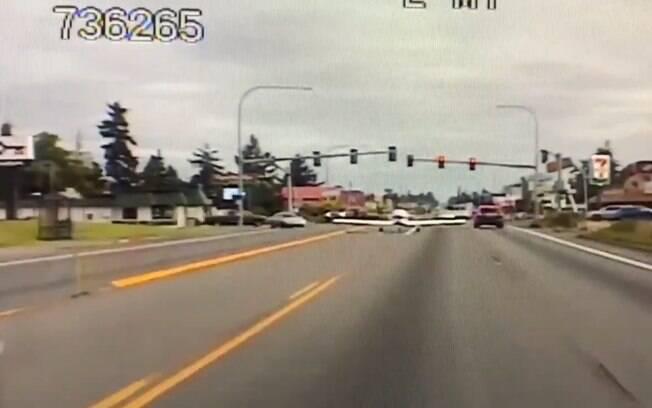 Avião pousou em avenida movimentada após apresentar problemas na área de combustível