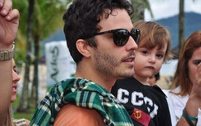 Thiago Rodrigues com o filho Gabriel, de dois anos: