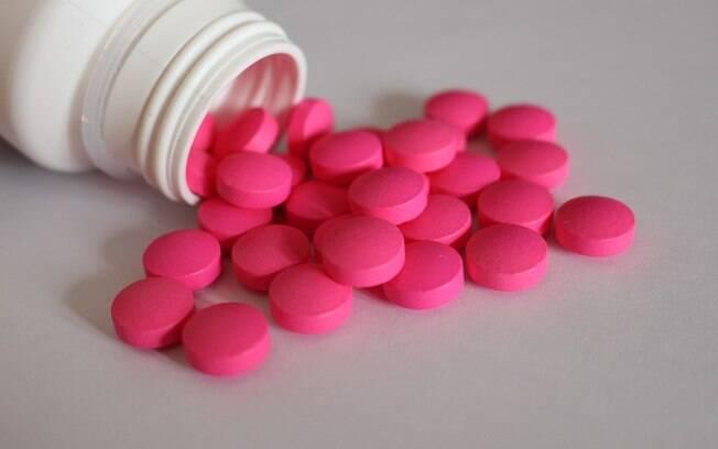 medicamentos espalhados.