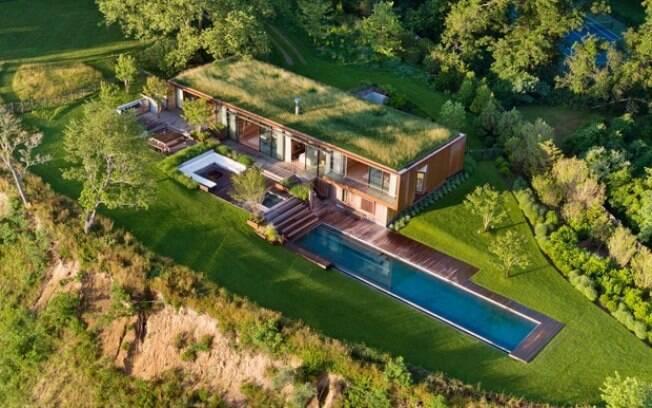 O telhado da casa verde, localizada nos Estados Unidos, deixa a beleza natural em evidência