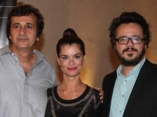 Alinne Moraes entre o diretor José Alvarenga Jr. e o colega de cena Danton Mello