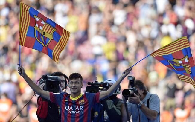 Neymar mexe bandeiras do Barcelona e agita a  torcida do time espanhol
