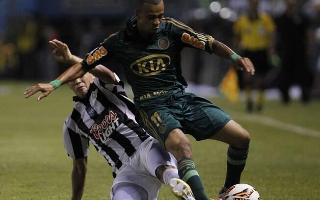 Wesley em lance da partida entre Palmeiras e  Libertad em Assunção