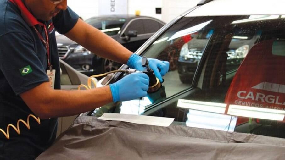 Nos pacotes de garantia mais completos, até reparos ou troca do para-brisa é algo que pode estar incluído na cobertura