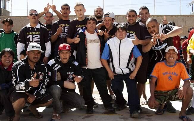 Corintianos posam para fotos com bolivianos  em presídio de Oruro, onde estão presos desde 20  de fevereiro