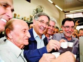 PT. Fernando Pimentel inclui a parada para o cafezinho em várias das agendas de rua na campanha