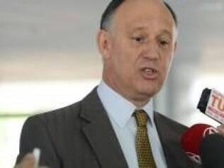 PMDB quer contribuir mais do que está contribuindo, diz o ministro Pepe Vargas
