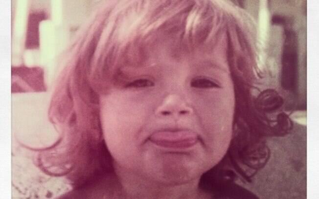 Flávia Alessandra completou 38 anos nesta sexta-feira (07) e compartilhou no Instagram uma foto da infância