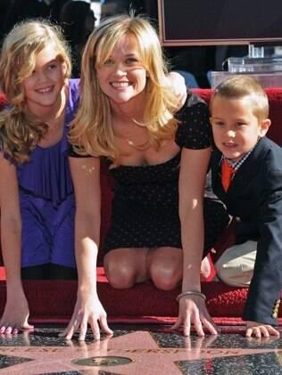Reese Witherspoon e os filhos durante homenagem na qual a atriz ganhou sua estrela na calçada da fama de Hollywood