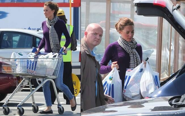 Kate Middleton faz compras no supermercado Tesco, em North Wales