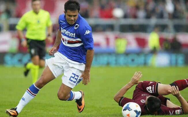 Eder, brasileiro que defende a Sampdoria, passa pela marcação do Livorno em jogo pelo Campeonato Italiano
