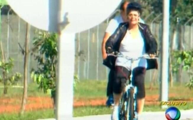 Dilma anda de bicicleta ao lado de dois seguranças