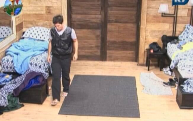 Thiago entra no quarto após peões serem expulsos da festa