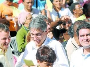 Parceria.    Durante a missa, que reuniu 5.000 pessoas, Pimentel e Marília Campos estiveram juntos