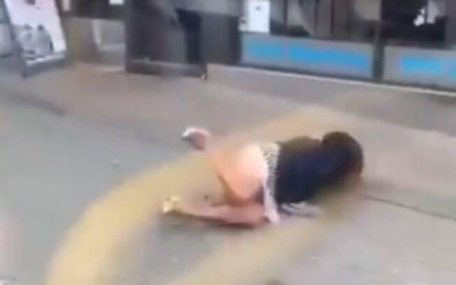 Depois de ser empurrada, mulher caiu no chão e foi amparada por outra passageira.
