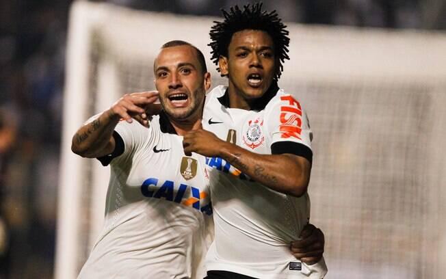 Romarinho comemora com Guilherme após marcar  gol do Corinthians