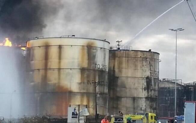 Empresa americana apoiará combate ao incêndio em Santos nos tanques de combustíveis