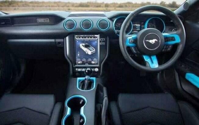 O Mustang Lithium propõe total envolvimento com o carro e tem um interior totalmente conectado