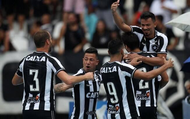 Jogadores do Botafogo comemoram vitória sobre o Corinthians, que deixa o time carioca um pouco mais longe da zona de rebaixamento
