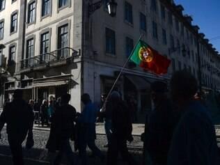 Milhares de manifestantes exigem fim da austeridade em Portugal