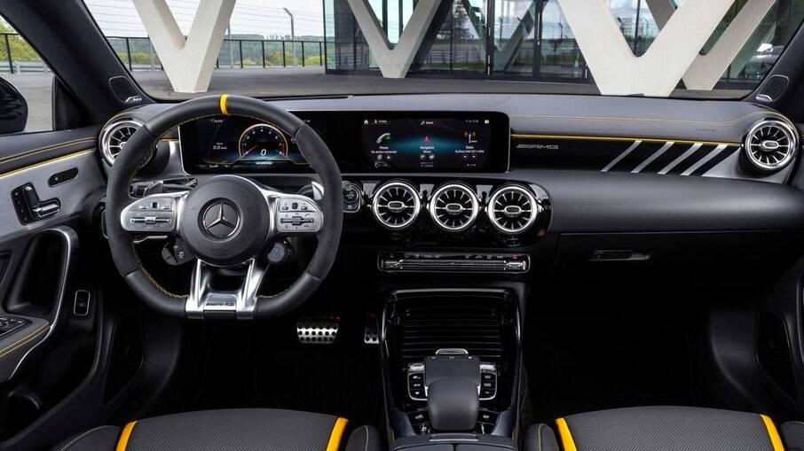 Interior do Mercedes CLA 45 S AMG tem ares de carro de corrida, basta dar uma olhada no volante de base achatada