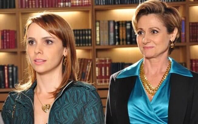 Sofia (Zezé Polessa) com a filha (Débora Falabella) em