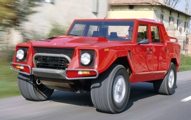 Apelidado de Rambo-Lambo, o Lamborghini LM002 nasceu como um veículo militar para o exército dos EUA. Recusado, acabou virando utilitário para o Oriente Médio.